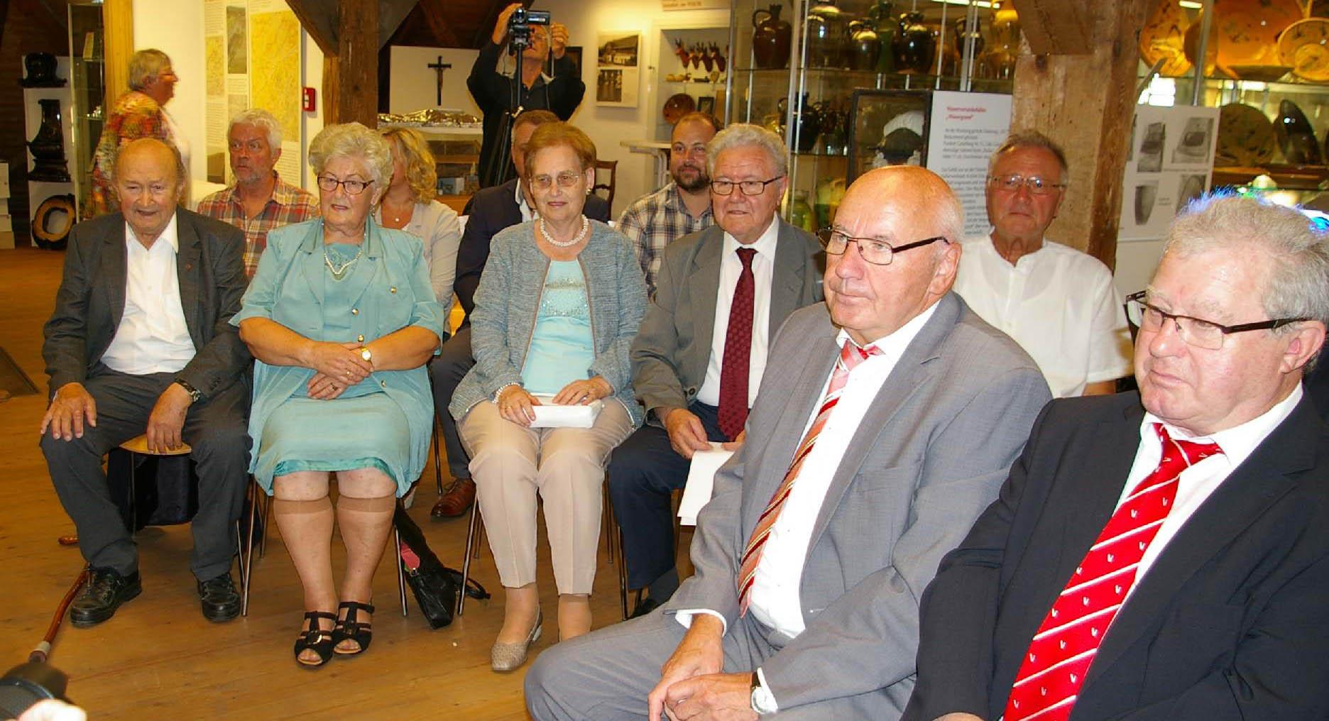 Die Jubilare Günter Knaus (links) und Lambert Grasmann (4. von links) zusammen mit Vilsbiburgs Zweitem Bürgermeister Johann Sarcher und Stellvertretendem Landrat Rudi Lehner (von rechts).