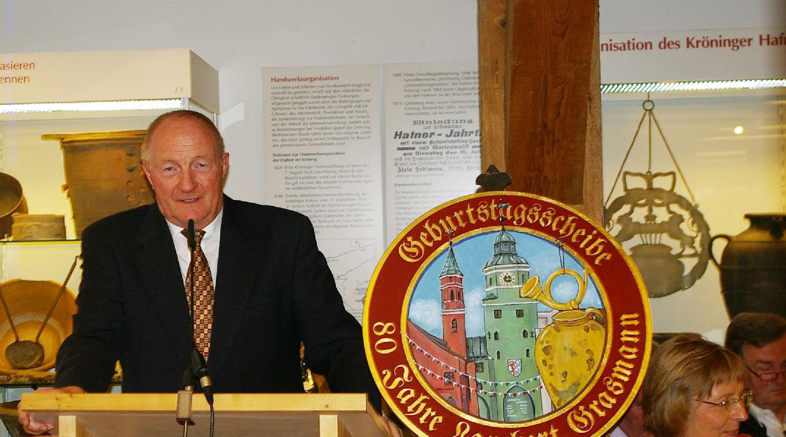 Vorsitzender Peter Barteit kann eine illustere Gesellschaft zu dem Festabend begrüßen.