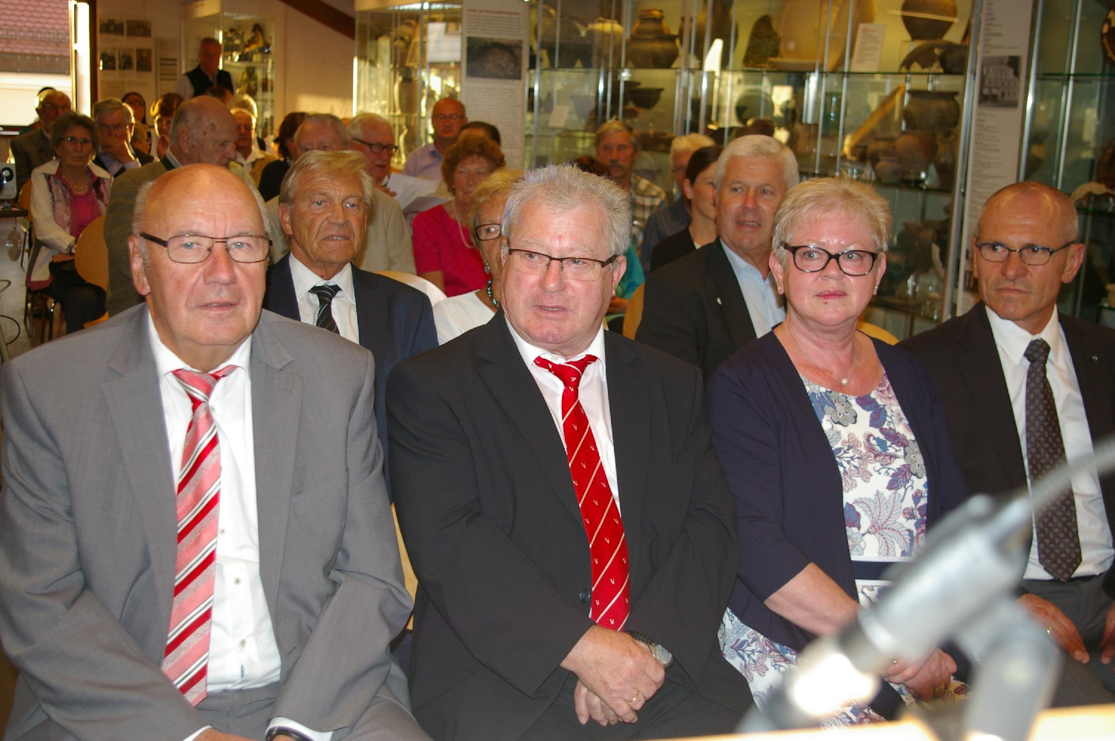 Das vielköpfige Publikum hat sich zu Ehren der Heimatforscher Lambert Grasmann und GÜnter Knaus mitten in der umfangreichen Sammlung Kröninger Hafnerware versammelt.