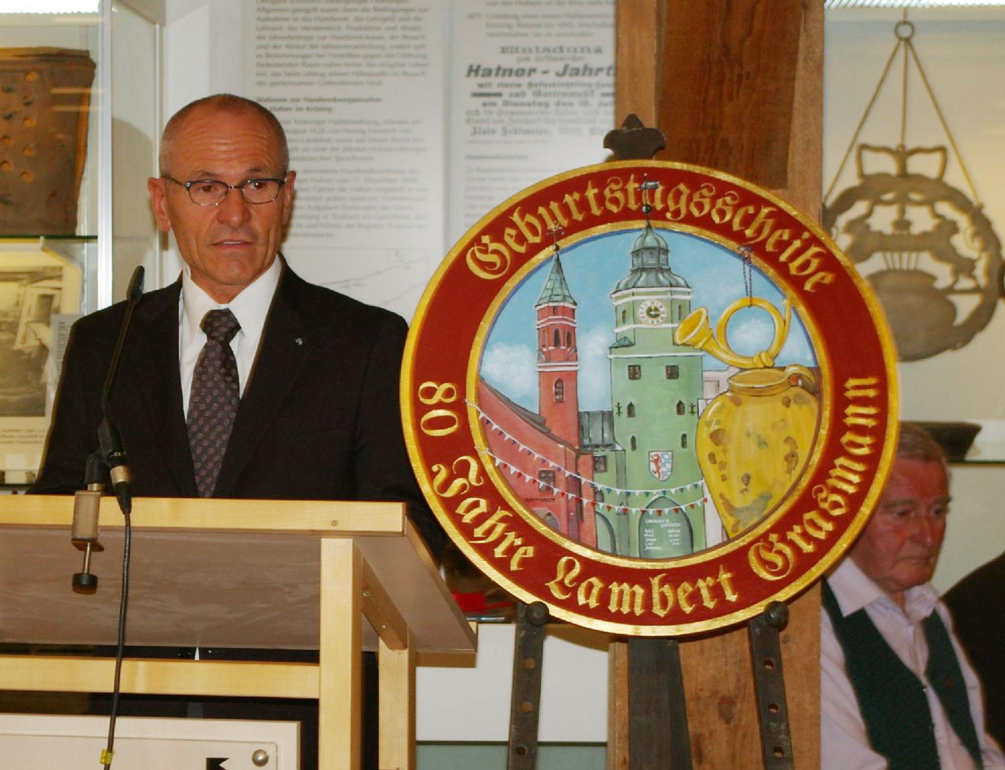 Mit einer ebenso persönlichen wie fachlich fundierten Laudatio würdigt Dr. Martin Ortmeier, der Leiter die Niederbayerischen Freilichtmuseen die Verdienste der Jubilare.