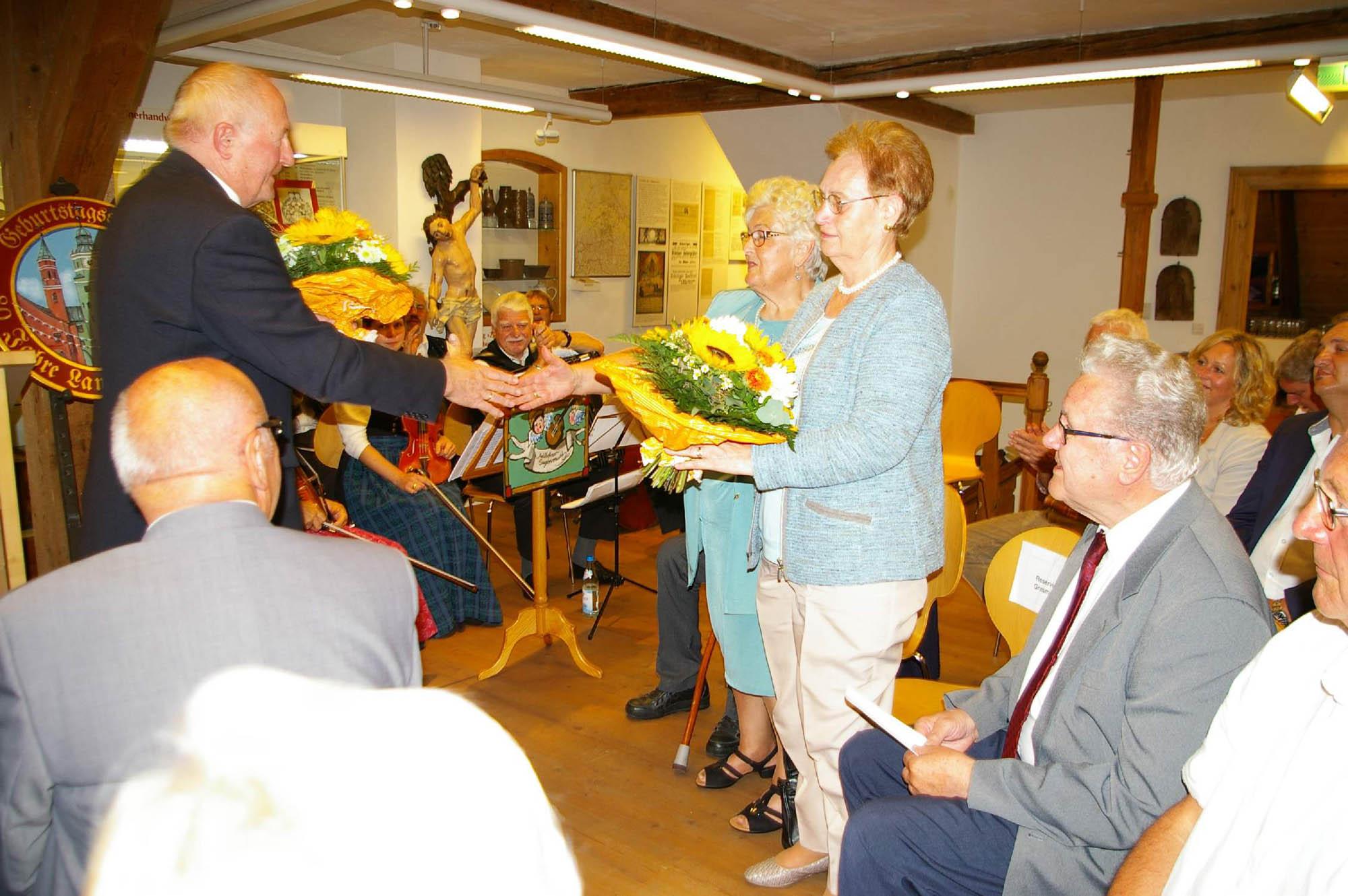 Die Unterstützung von Elfriede Grasmann (vorne) und Erika Knaus in all den Jahren wird vom Heimatverein mit Blumen gewürdigt.