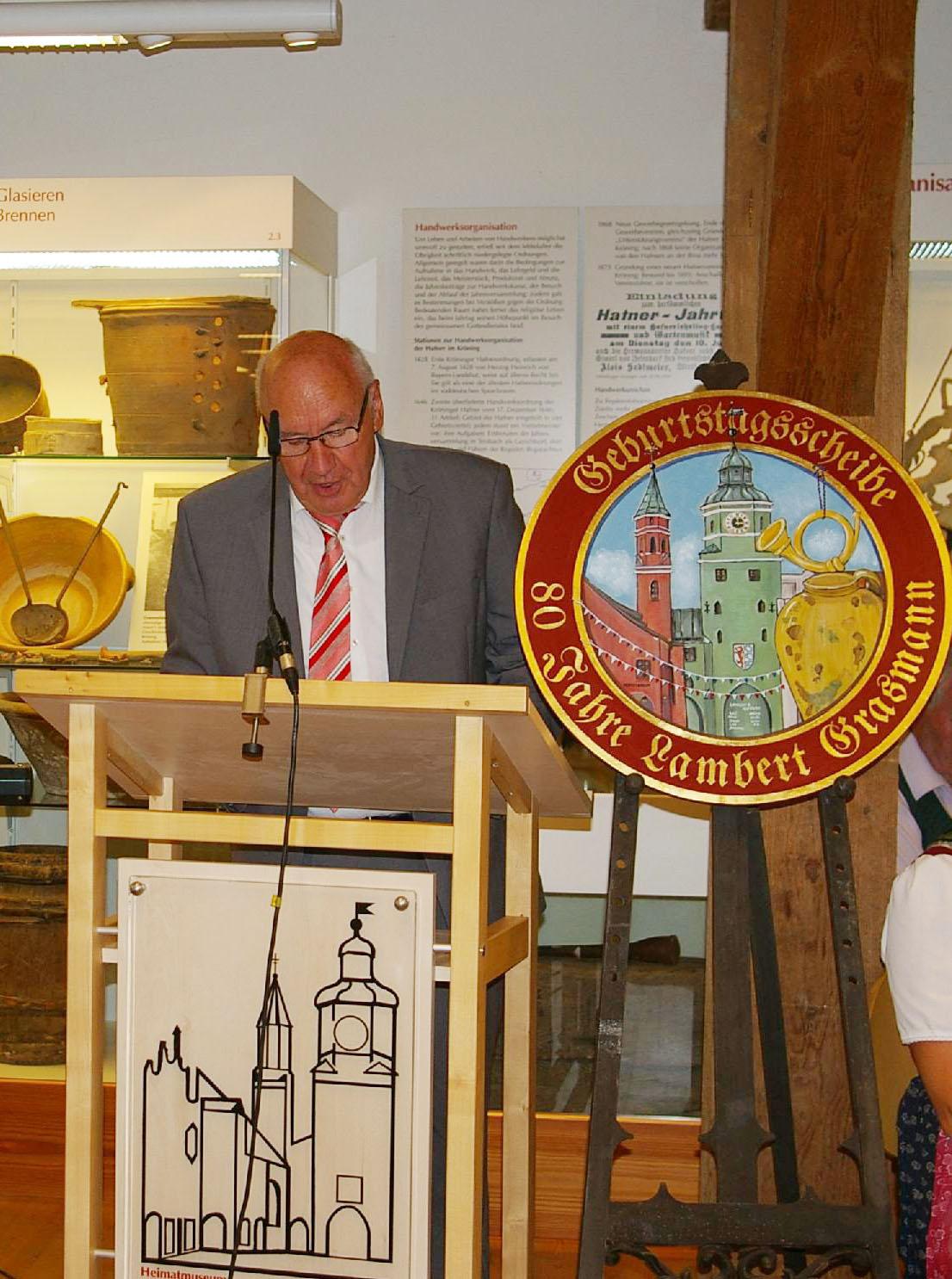 Die unermüdliche ehrenamtliche Tätigkeit der Jubilare für das weit über die Grenzen des Landkreises Landshut geschätzte Heimatmuseum spricht Stellvertretender Landrat Rudi Lehner an.