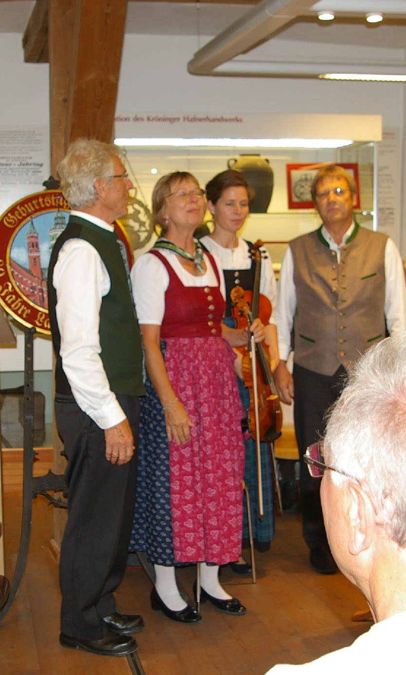 Die Adlkofener Geigenmusi bringt a capella einen Geburtstagsgruß dar.