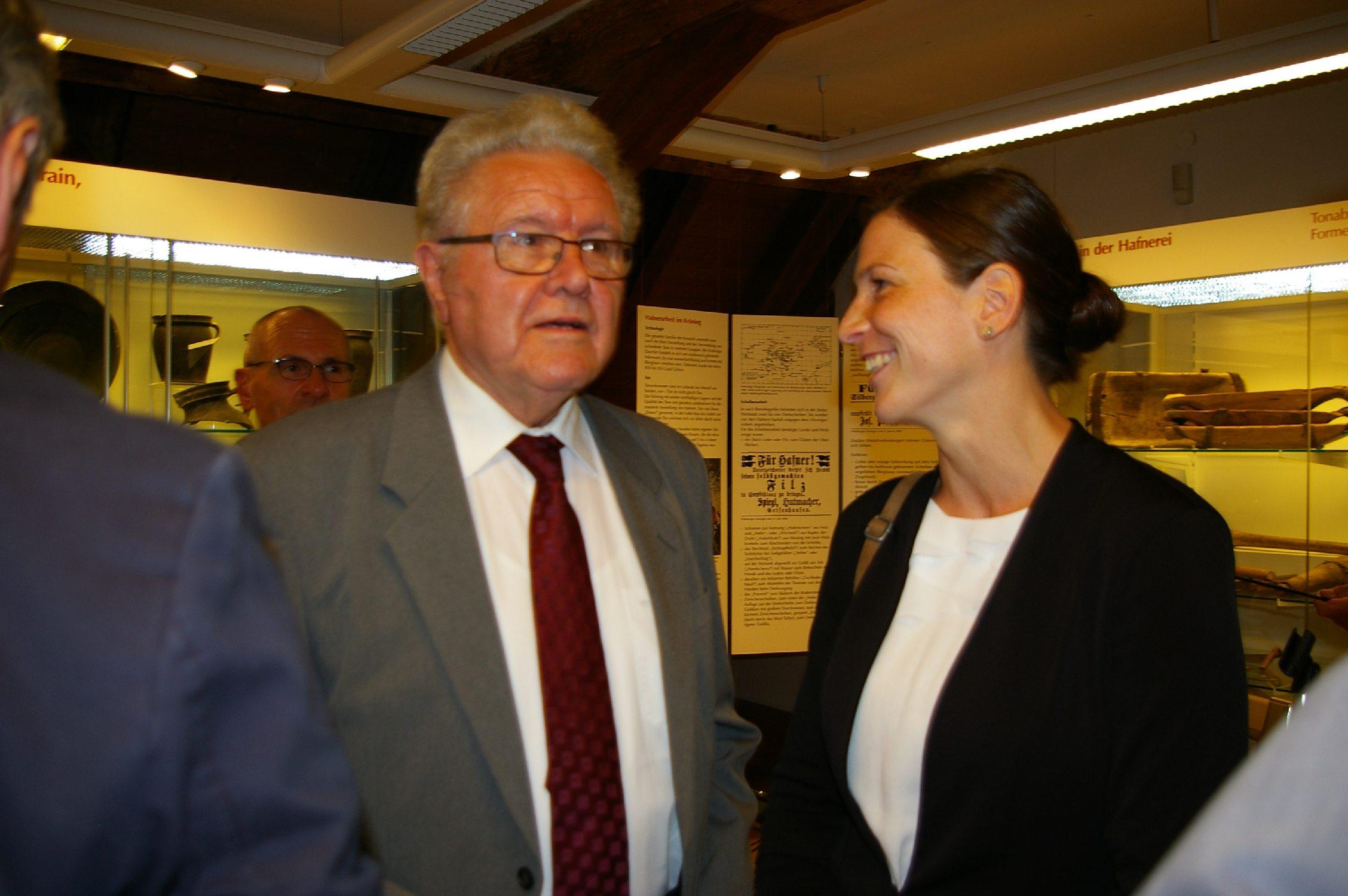 Annika Janßen (rechts) derzeit noch am Museum in Weißenhorn tätig, wird ab dem Jahr 2018 die Nachfolge von Lambert Grasmann als Museumsleiterin antreten.
