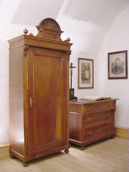 Schrank und Kommode um 1900