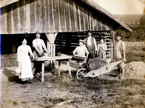 Ziegelarbeiter am Schlagtisch, Wegtrager mit Model, Anfahrt mit Lehm gefüllter Schubkarre um 1910
